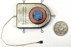Cảm biến não bộ cấy không dây (đồng 25 xu của Mỹ đặt bên cạnh để so sánh kích thước)