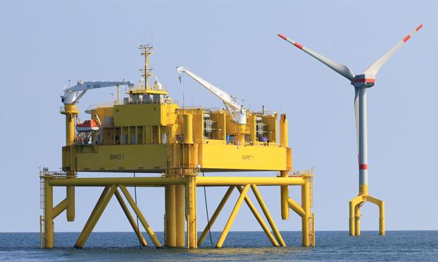 Tuốc-bin điện đang được xây dựng ngoài khơi Biển Bắc của Đức. Tổ hợp điện gió Bard Offshore 1 sẽ có 80 tuốc-bin. Trong hình là một tuốc-bin bên cạnh một giàn chuyển đổi HVDC. Ảnh: Bard Engineering.