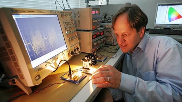 Haas trình diễn công nghệ LiFi sử dụng ánh sáng để tạo một kênh liên lạc giữa hai điểm. (Hình: University of Edinburgh)